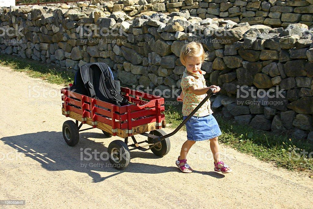 Junges Mädchen auf Reisen und sich an einem Trolley/handcart – Foto