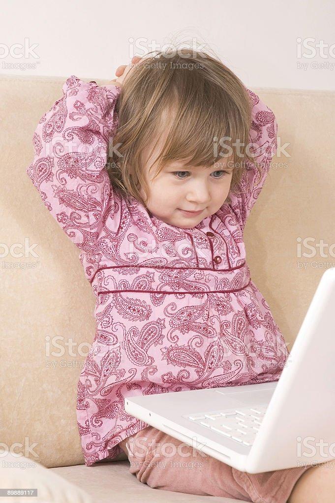 Молодая девушка, используя ноутбук Стоковые фото Стоковая фотография