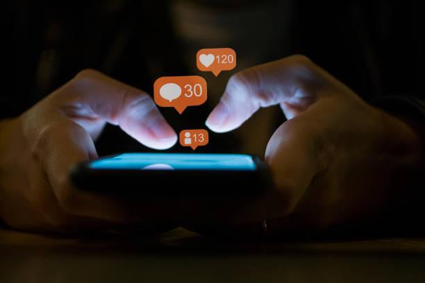 junges mädchen mit smartphone social-media-konzept - instant messaging stock-fotos und bilder