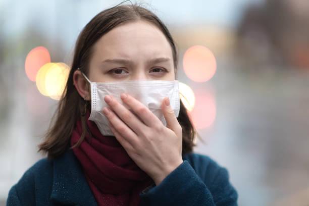 Junges Mädchen trägt eine schützende Gesichtsmaske – Foto
