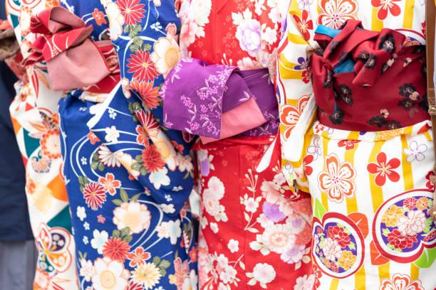 """junge mädchen tragen japanische kimono stehen in tokio, japan. kimono ist ein traditionelles japanisches kleidungsstück. das wort """"kimono"""", was eigentlich ein """"ding zu tragen"""" bedeutet - kimono stock-fotos und bilder"""