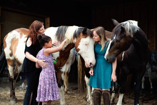 Junges Mädchen mit Autismus verbindet sich mit Pferden in einem speziellen Zentrum. – Foto