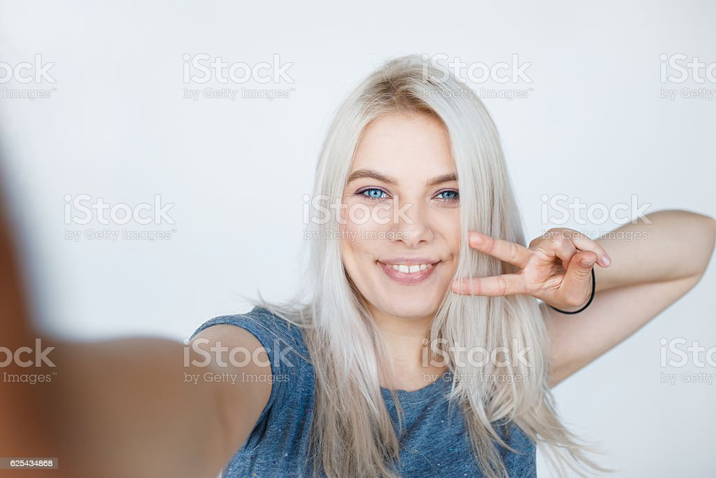 young girl with blond dyed hair smiling - foto stock