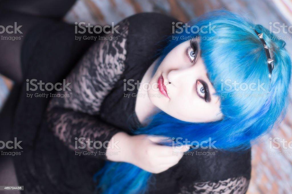 Jeune fille avec les cheveux et vos piercings bleu - Photo