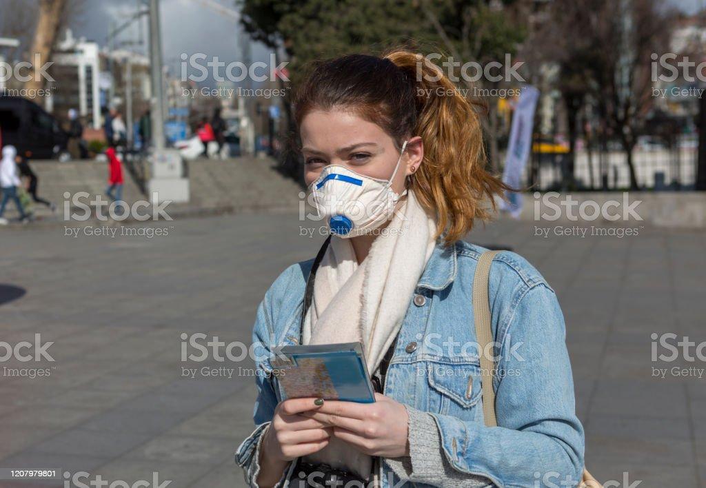 İstanbul Boğazı yakınlarında belediye tarafından yapılan sevgililer günü süslemeleri ile Beşiktaş plaza merkezinde yüz maskeli genç kız - Royalty-free 13 - 19 Yaş arası Stok görsel