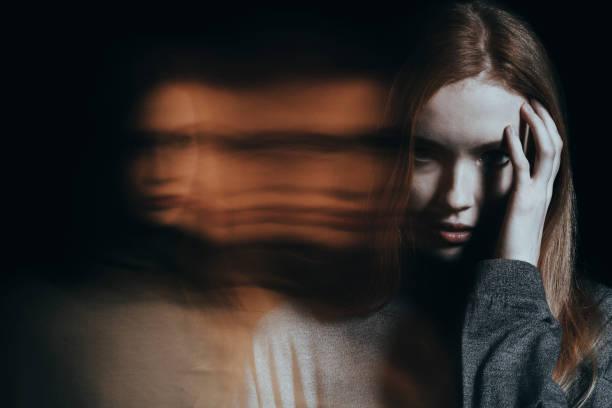 chica joven con alucinaciones - conspiración fotografías e imágenes de stock