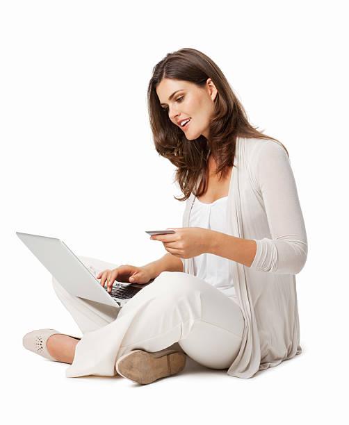 Junges Mädchen mit Laptop und Kreditkarte-isoliert – Foto