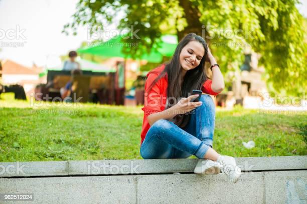 Foto de Menina Com Telefone e mais fotos de stock de Adolescente