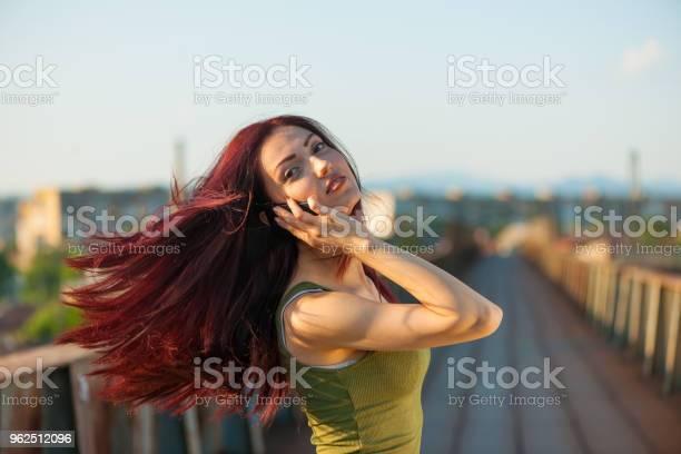 Foto de Menina Com Telefone e mais fotos de stock de Adulto
