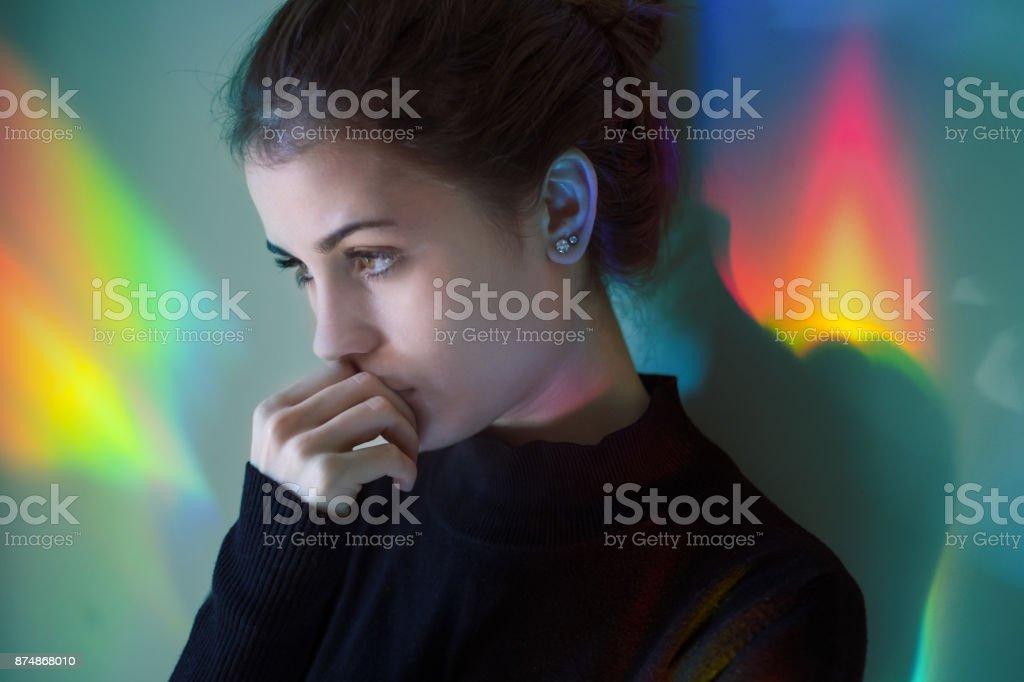 Junges Mädchen mit Regenbogen Reflexionen – Foto