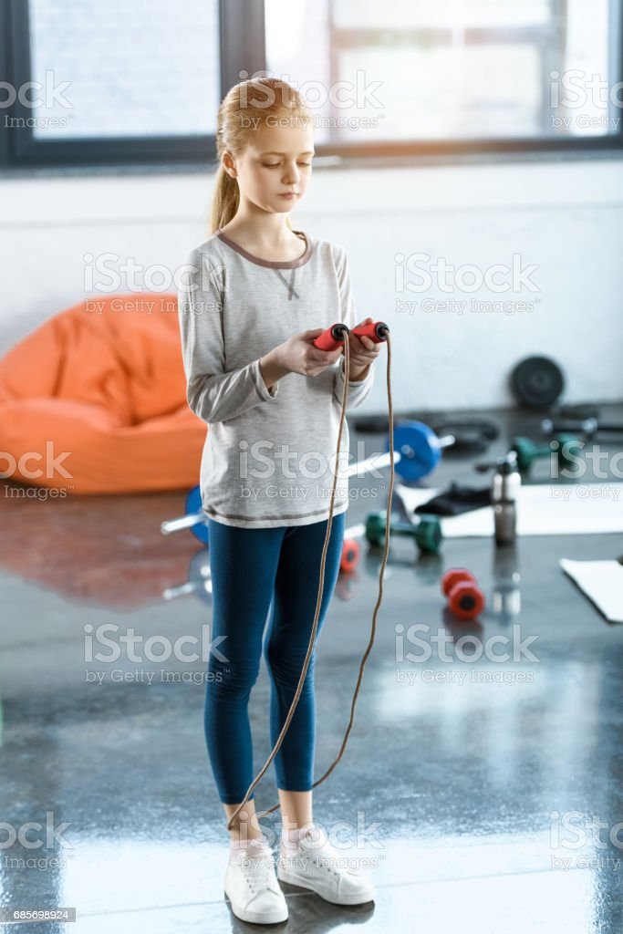 Young girl with skipping rope at fitness studio foto de stock royalty-free