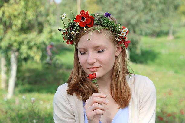 Junges Mädchen mit Blumen Kranz im Sommer – Foto