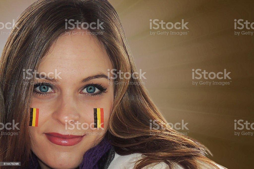 Jeune fille avec le drapeau belge a peint sur sa joue - Photo