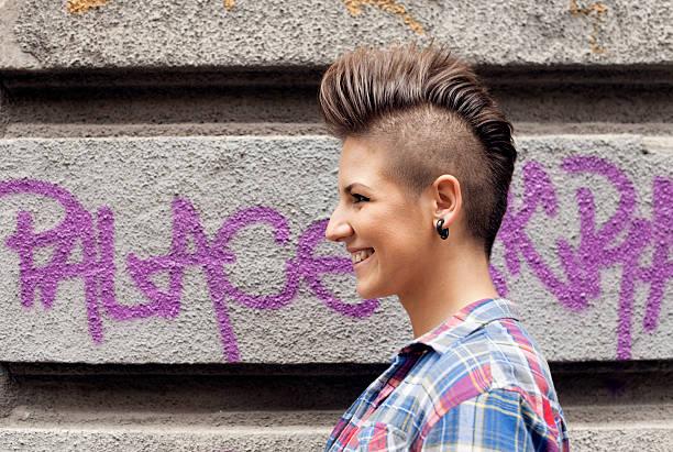 Junges Mädchen mit Urban Haarschnitt – Foto