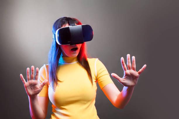 Junges Mädchen mit VR-Brille auf dem Kopf – Foto