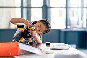 ロボット デザインに取り組んでいる若い女の子