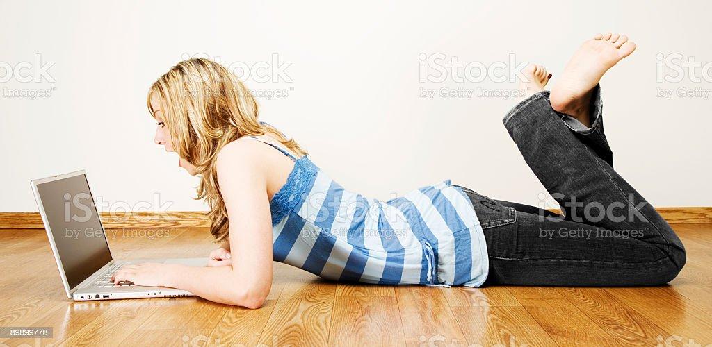 Junges Mädchen/Laptop Lizenzfreies stock-foto