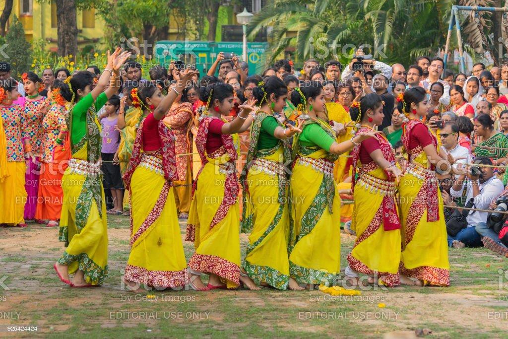 Junge Mädchen tanzen auf Holi / Frühlingsfest. – Foto