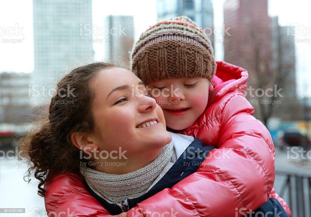 Giovane ragazza che si diverte in città - foto stock