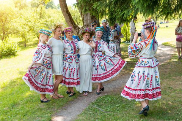 MINSK, Bélarus - 5 juillet 2015: Jeunes filles en costume national avec guirlande de fleurs sauvages célèbrent des vacances traditionnelles Slaves du Bélarus Ivan Kupala. Saint-Jean - Photo