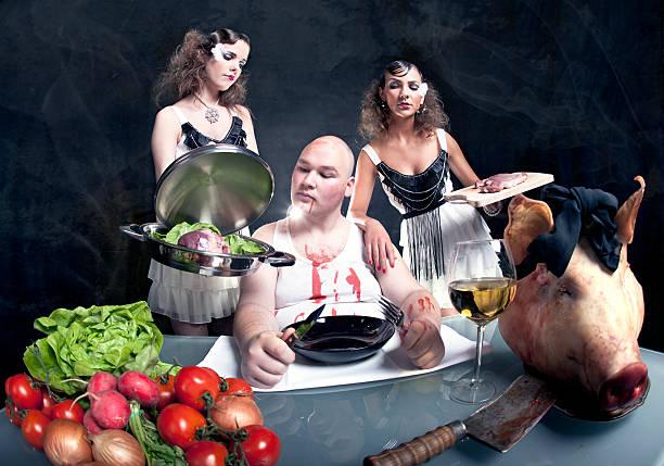junge mädchen mit rohen schweinefleisch zu einer fett mann - ausgefallene mode für mollige stock-fotos und bilder