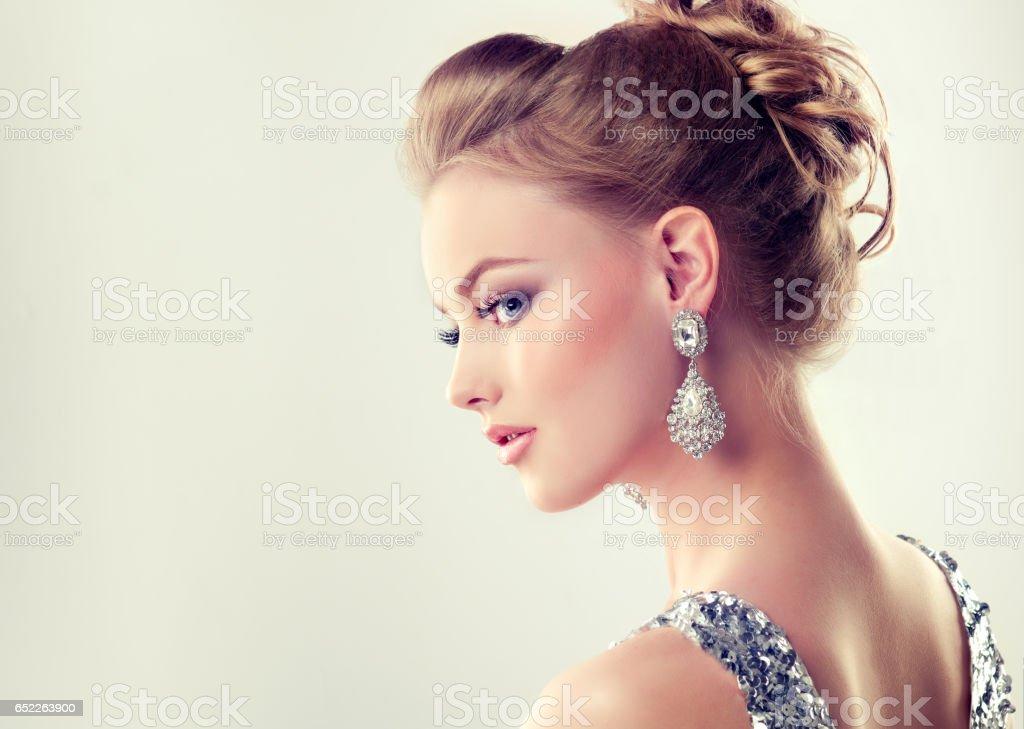 豪華な少女服を着たイブニング ドレスと繊細なメイクに。 ストックフォト