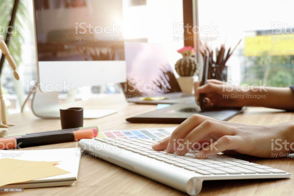 Photo de stock de jeune graphiste à laide de tablette graphique pour