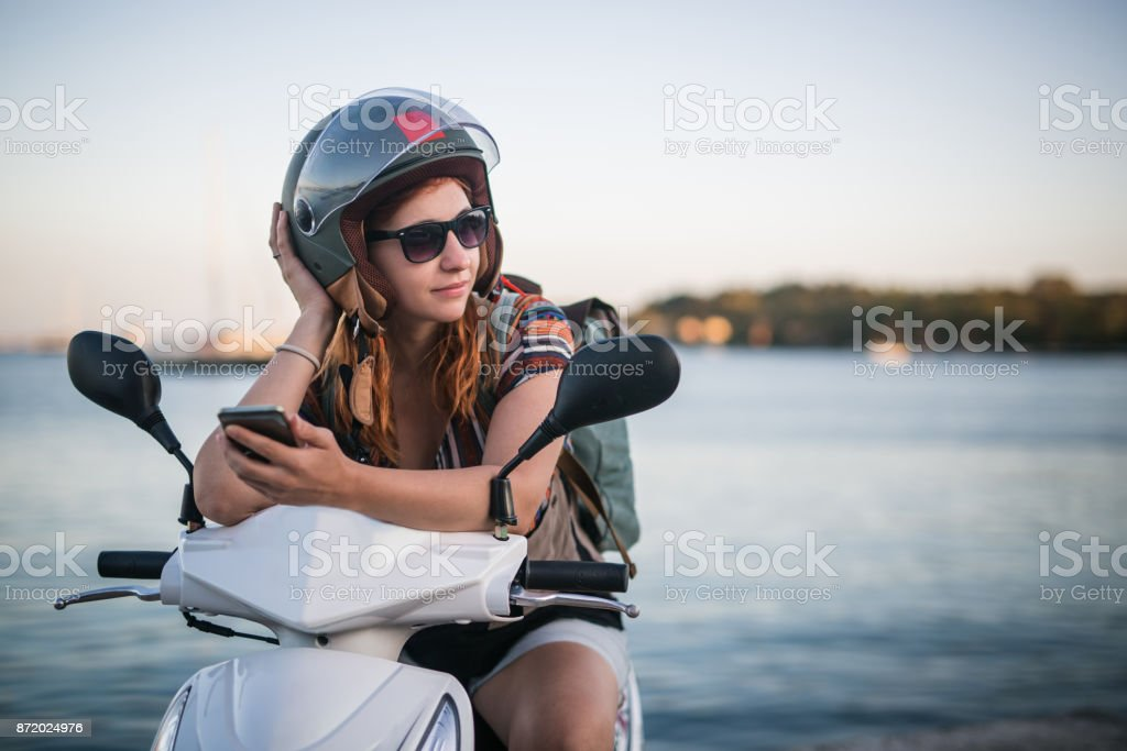 Junge düstere Frau auf moped – Foto