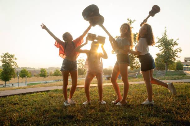 gruppe junger freunde musizieren - ukulele songs stock-fotos und bilder