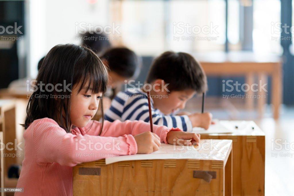 美術・工芸クラスで学生の若いグループ ストックフォト