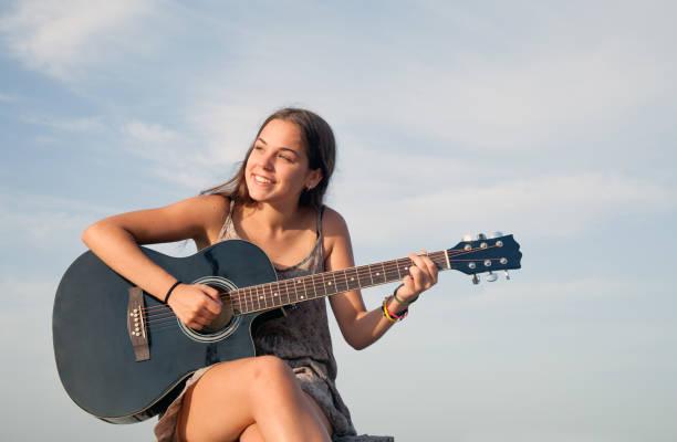 jungen gitarristen im freien - one song training stock-fotos und bilder