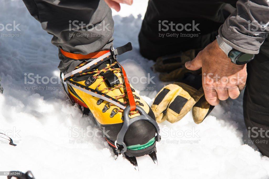 Wander Und Kletterausrüstung : Ein junger kerl wanderer kleider klettern steigeisen über