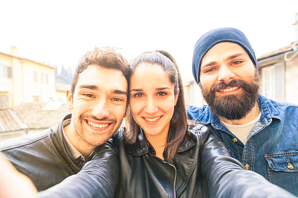 junge männer, die ein selfie auf der terrasse - lederjacke mit kapuze damen stock-fotos und bilder
