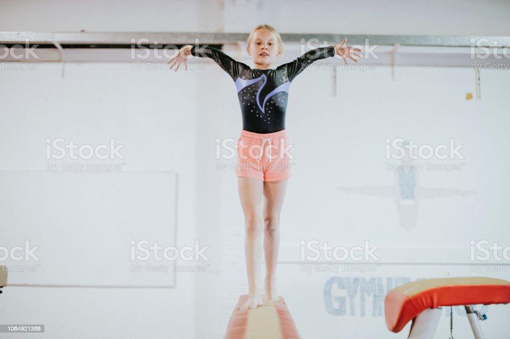 Photo libre de droit de Jeune Gymnaste En Équilibre Sur