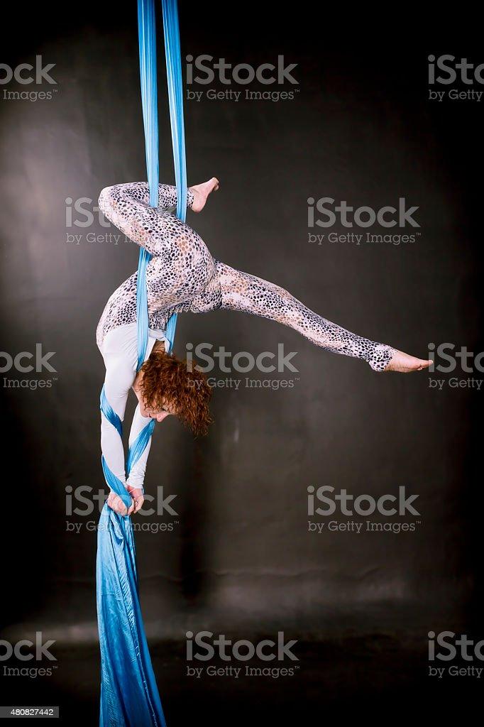 Young gimnasta capacitación en Vista aérea de seda - foto de stock
