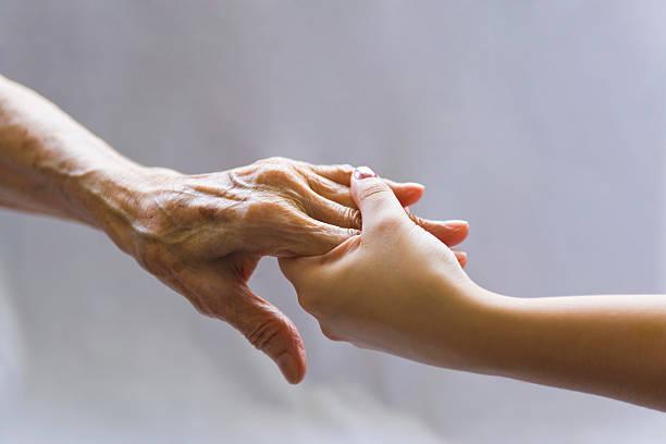 aiutando a mano - mano donna dita unite foto e immagini stock