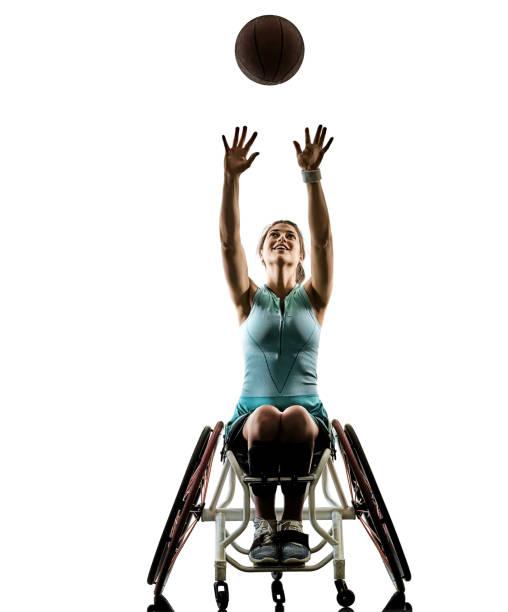 jovens deficientes cesta bola jogador mulher de cadeira de rodas esporte iso - esportes em cadeira de rodas - fotografias e filmes do acervo