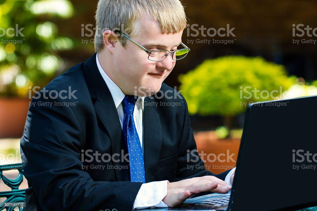 Jungen Behinderten Geschäftsmann arbeiten mit Laptop. – Foto