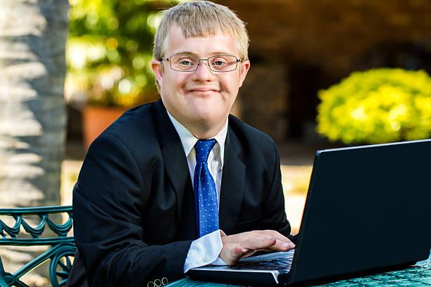 jungen behinderten geschäftsmann arbeiten mit laptop. - garden types stock-fotos und bilder