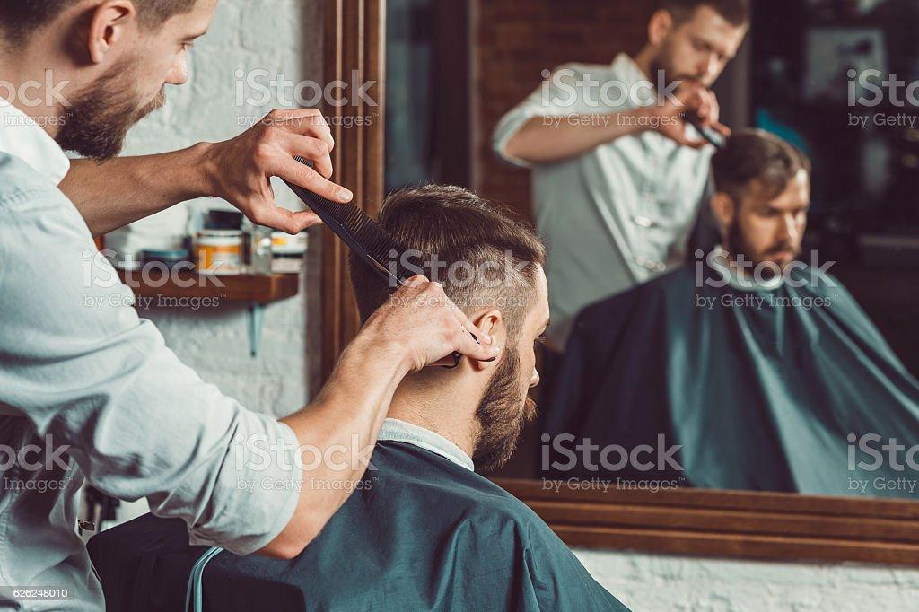 Junge Gut Aussehend Friseur Macht Frisur Von Attraktiven Mann Im