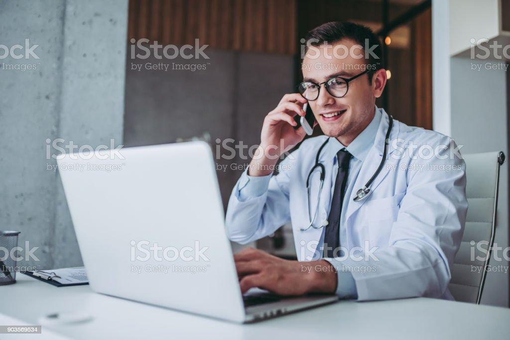 Junge hübsche Ärztin. – Foto