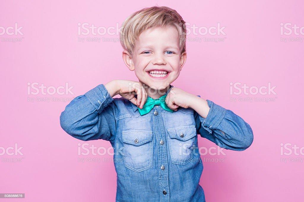 Junge schöne lächelnd Kind mit blauen Hemd und Krawatte mit Schmetterling – Foto