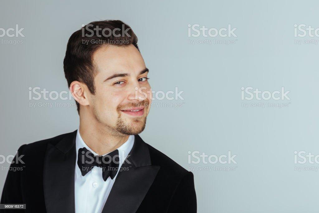 Jonge knappe man in een smoking, kijken naar de camera - Royalty-free Alleen mannen Stockfoto