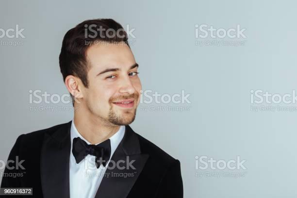 Jonge Knappe Man In Een Smoking Kijken Naar De Camera Stockfoto en meer beelden van Alleen mannen