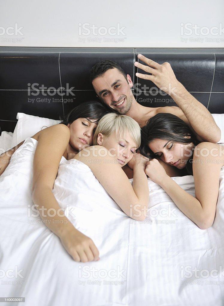 В постели с молодым человеком, трахнул подругу жены в очко