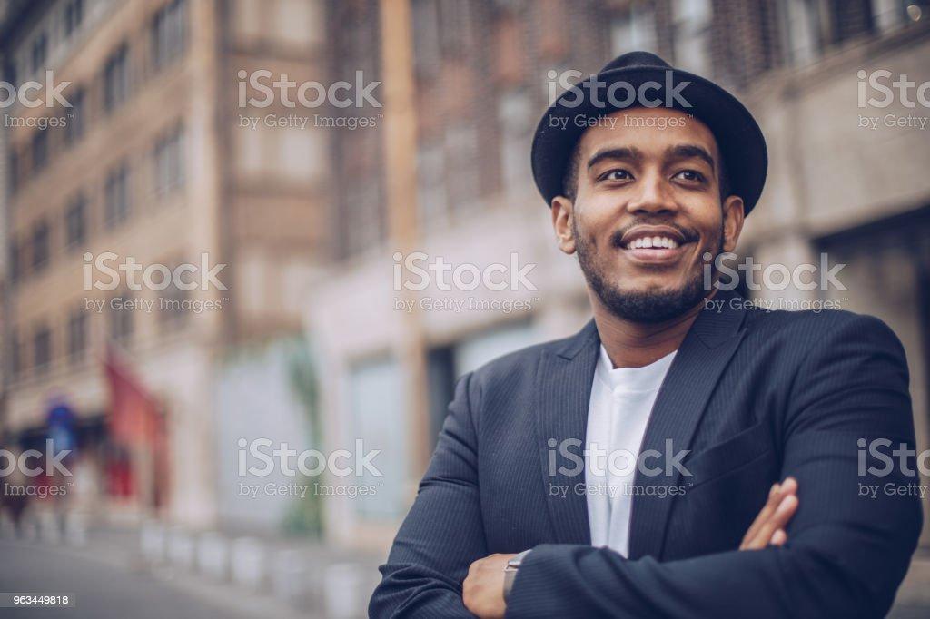 Ung vacker man utomhus - Royaltyfri Affärsman Bildbanksbilder