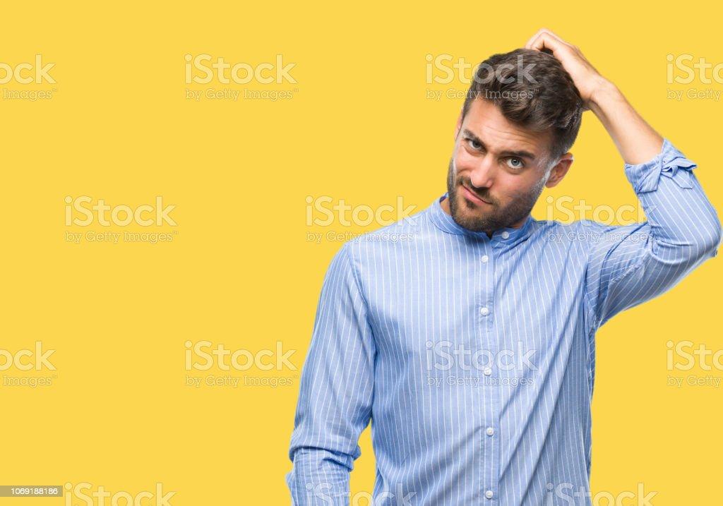 Schöner junger Mann über isolierte Hintergrund verwirren und wundern sich über Frage. Unsicher mit Zweifel, mit der Hand auf Kopf denken. Nachdenklich-Konzept. - Lizenzfrei Arm - Anatomiebegriff Stock-Foto