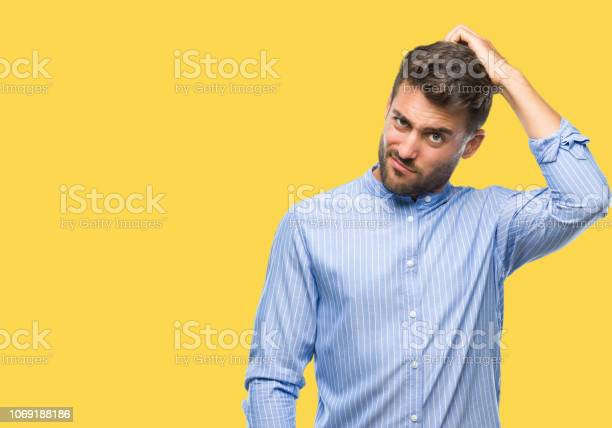 Schöner Junger Mann Über Isolierte Hintergrund Verwirren Und Wundern Sich Über Frage Unsicher Mit Zweifel Mit Der Hand Auf Kopf Denken Nachdenklichkonzept Stockfoto und mehr Bilder von Arm - Anatomiebegriff