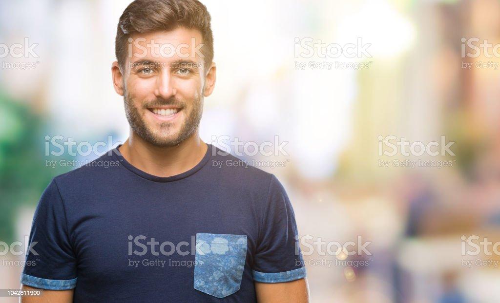 Yakışıklı delikanlı yüzünde mutlu ve güzel bir gülümseme ile izole arka plan üzerinde. Şanslı kişi. stok fotoğrafı
