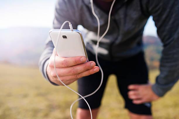 junge hübsche runner - motivationsmusik stock-fotos und bilder